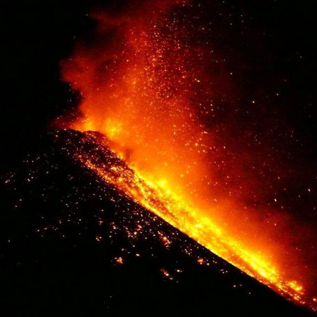 Tanmlanmas g bir manzarayd gece boyunca grdmz Fuegonun lavlarn pskrmesihellip